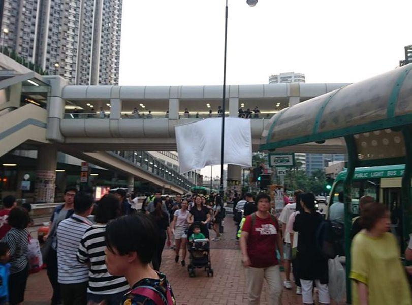 【修例风波】市民葵涌广场外举行放映会 播放「雨伞运动」影片