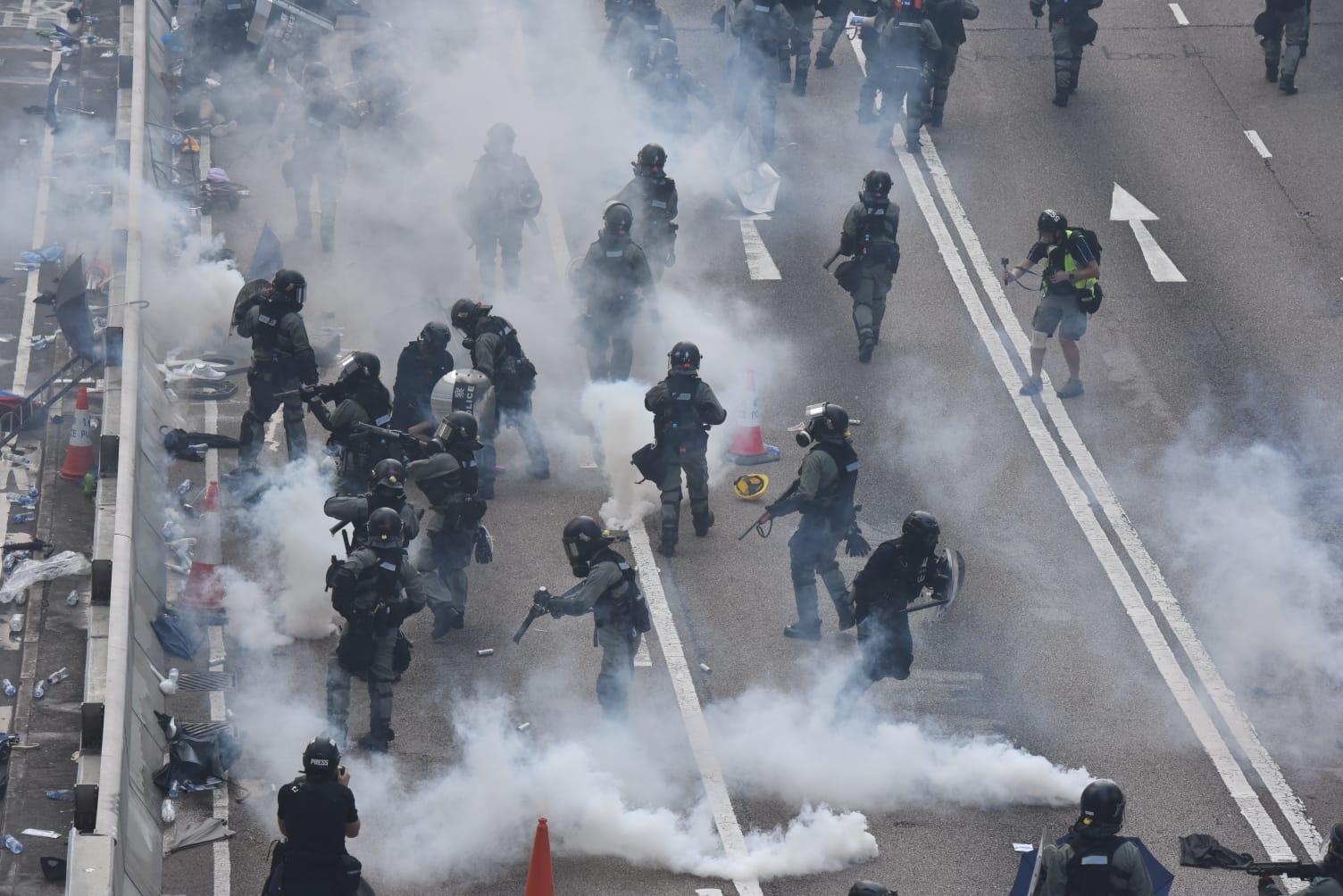 【修例风波】警方周日冲突拘捕过百人 政府谴责激进示威者严重违法行为