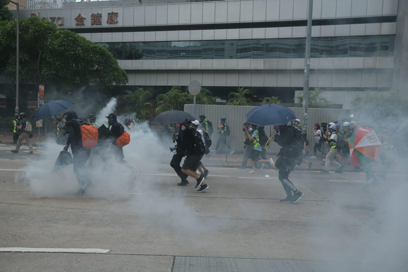 【修例风波】射催泪弹后警方离开金钟道 大批示威者冲前再佔路