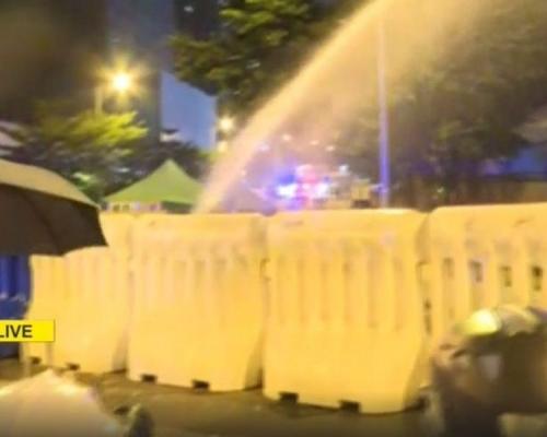 【修例风波】黑衣人特首办外聚集 警方开消防喉射水