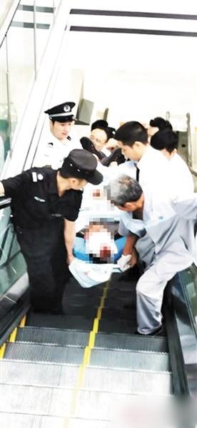 重庆男顾着低头玩手机踩空 磙落30多级扶梯跌爆头重伤