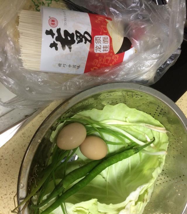 """百吃不厌的""""包菜鸡蛋炒面""""10分钟就搞定一锅,简单美味"""