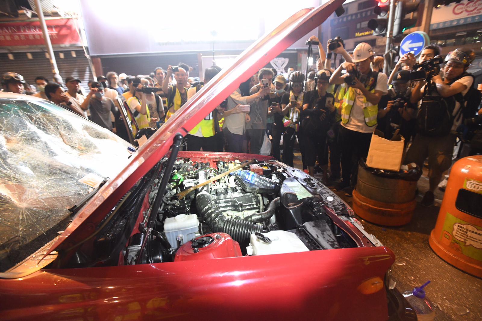 【修例风波】铜锣湾的士疑撞记者后司机被围 车身遭示威者大肆破坏