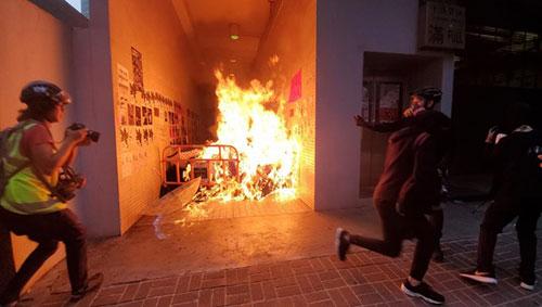 港岛激战警遇袭开真枪 周日冲突逾百人被捕