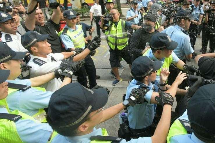 港示威者「十一」游行 与撑警人士爆发冲突