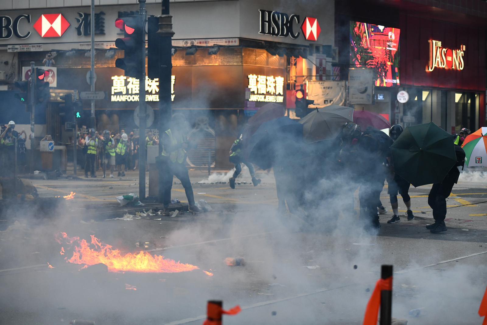 【修例风波】弥敦道示威者伞阵进攻掷火弹 警方制服多人