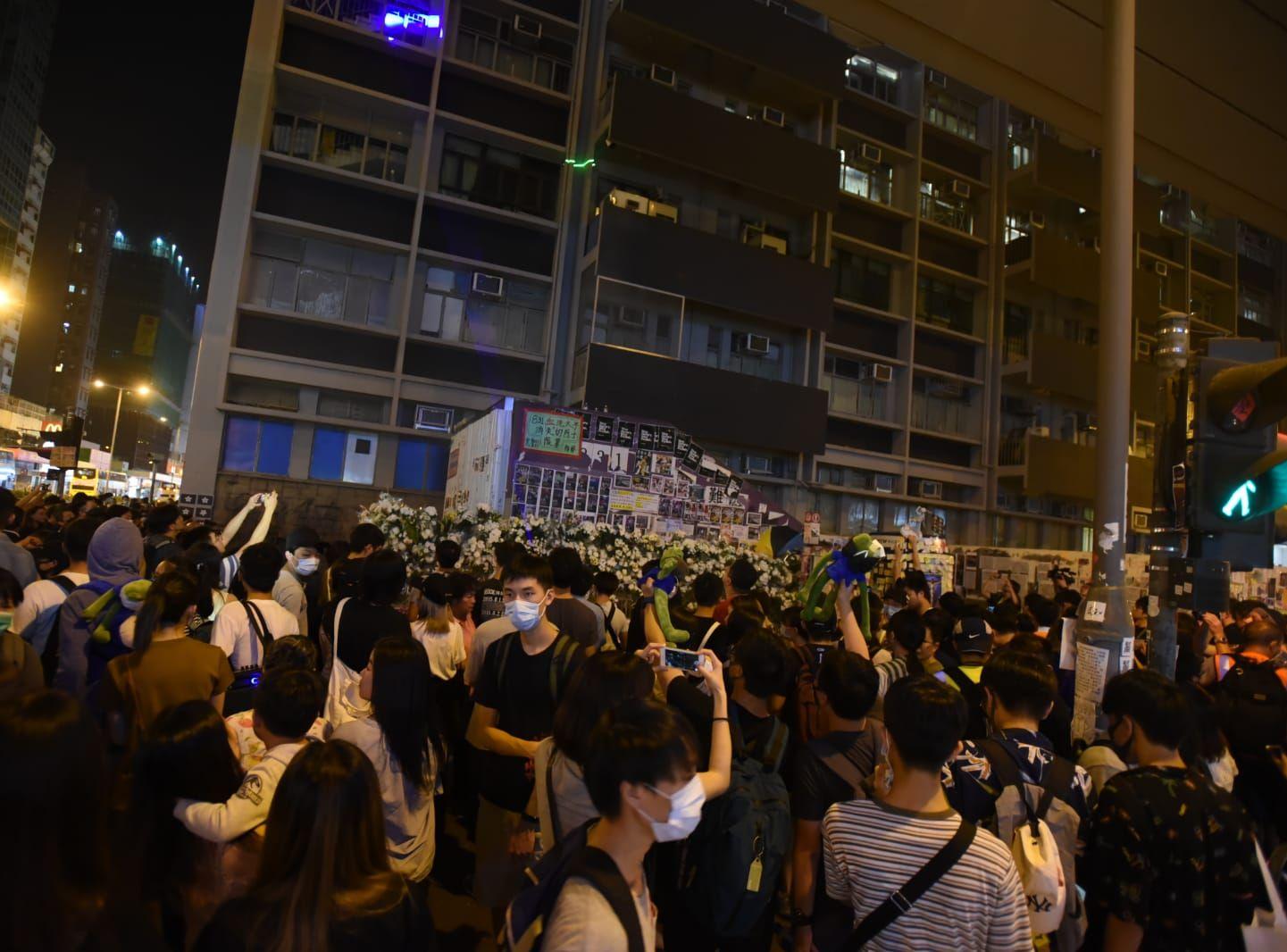【修例风波】群众太子站外聚集 镭射灯照旺角警署