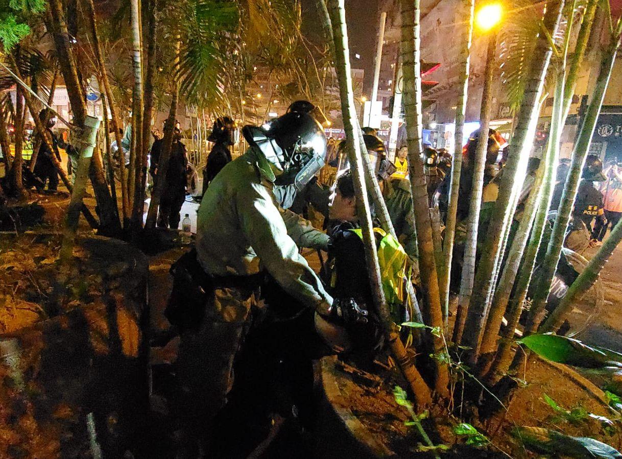 【修例风波】示威者昨晚旺角警署外聚集 警员执勤时遗失伸缩警棍