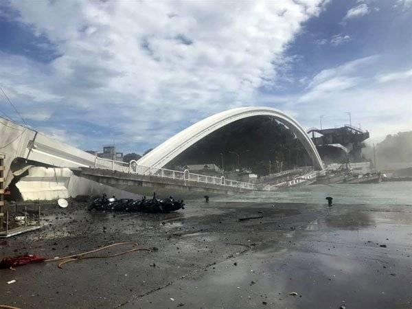 台湾知名景点 , 宜兰跨港大桥坍塌 !