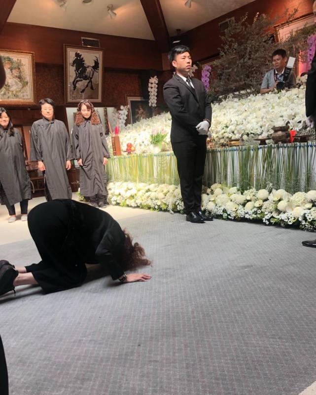 离婚婆媳情义在!周丹薇前夫母离开「行3跪拜大礼」全身趴地哭 每月探望两老「当自己爸妈」。