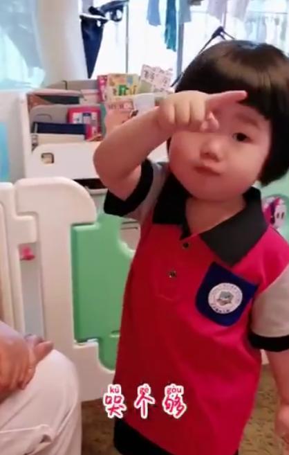 弟弟不肯喝奶,2岁姐姐霸气教训,姐姐:跟我去小房间,哭个够