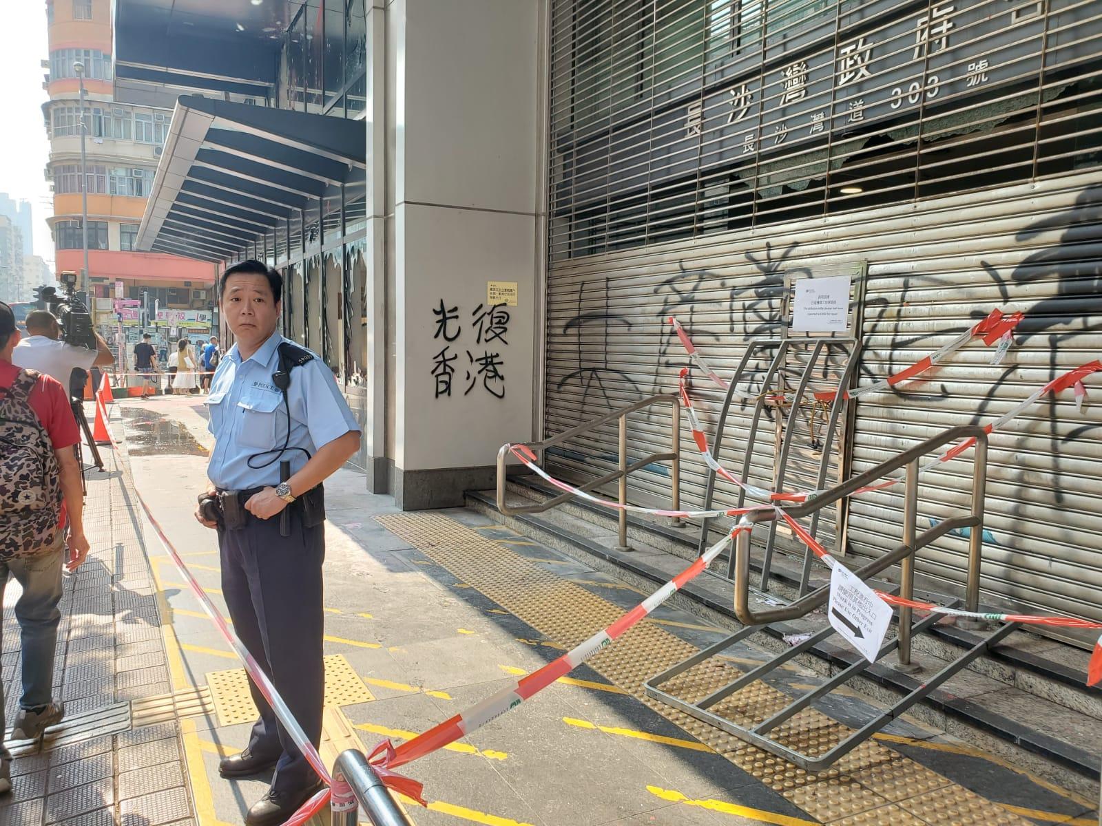 【修例风波】长沙湾政府合署损毁严重 玻璃门窗爆裂铁闸被涂鸦