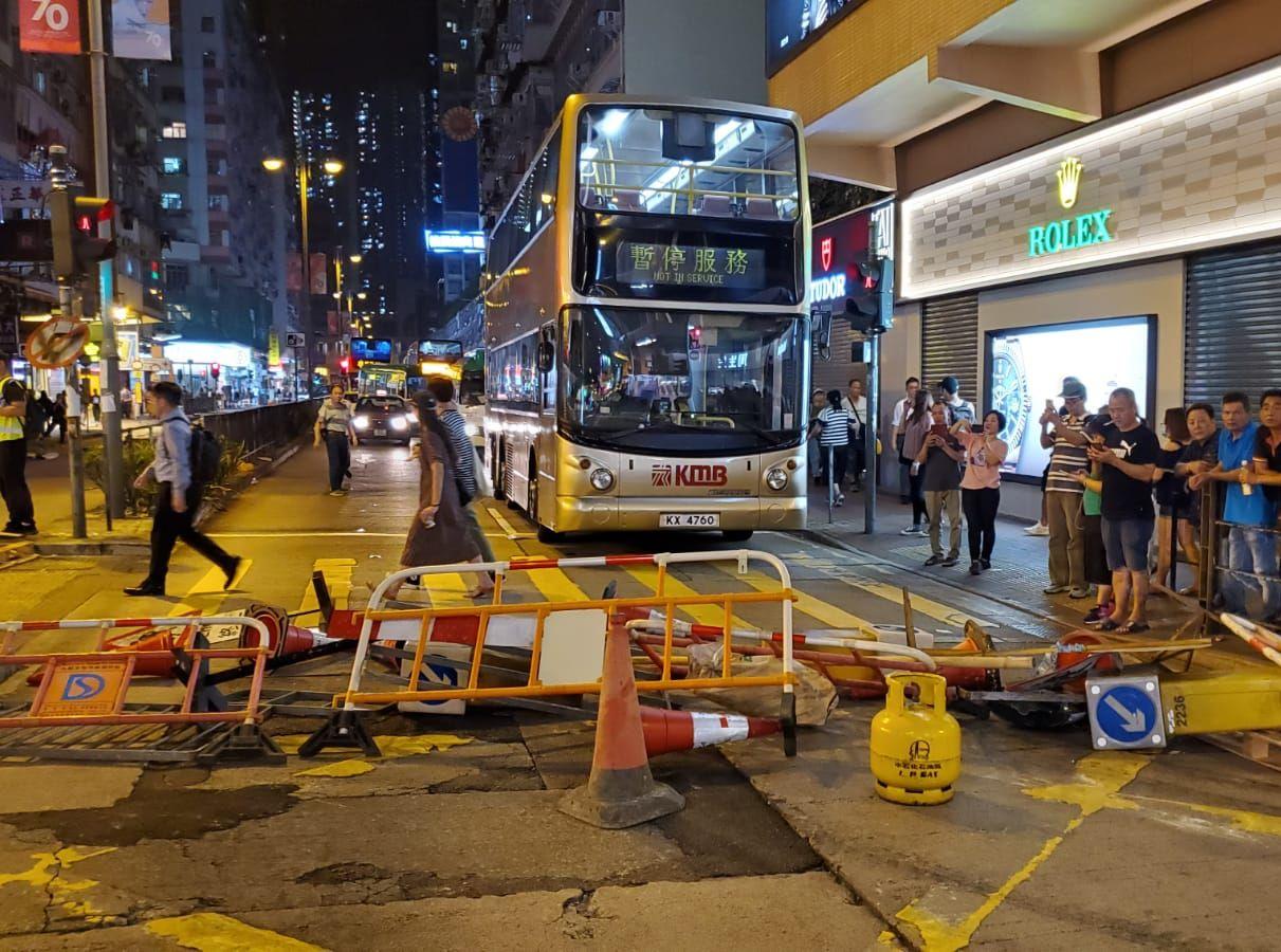 【修例风波】斥示威者荃湾佔据马路造成交通严重阻塞 警促立刻停止违法行为