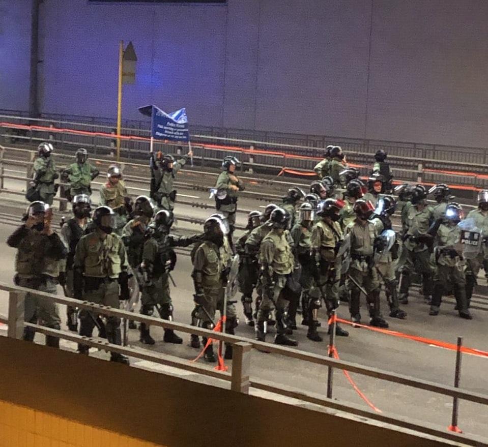 【修例风波】示威者屯门纵火破坏商店掷砖 防暴警察驱散橙旗警告