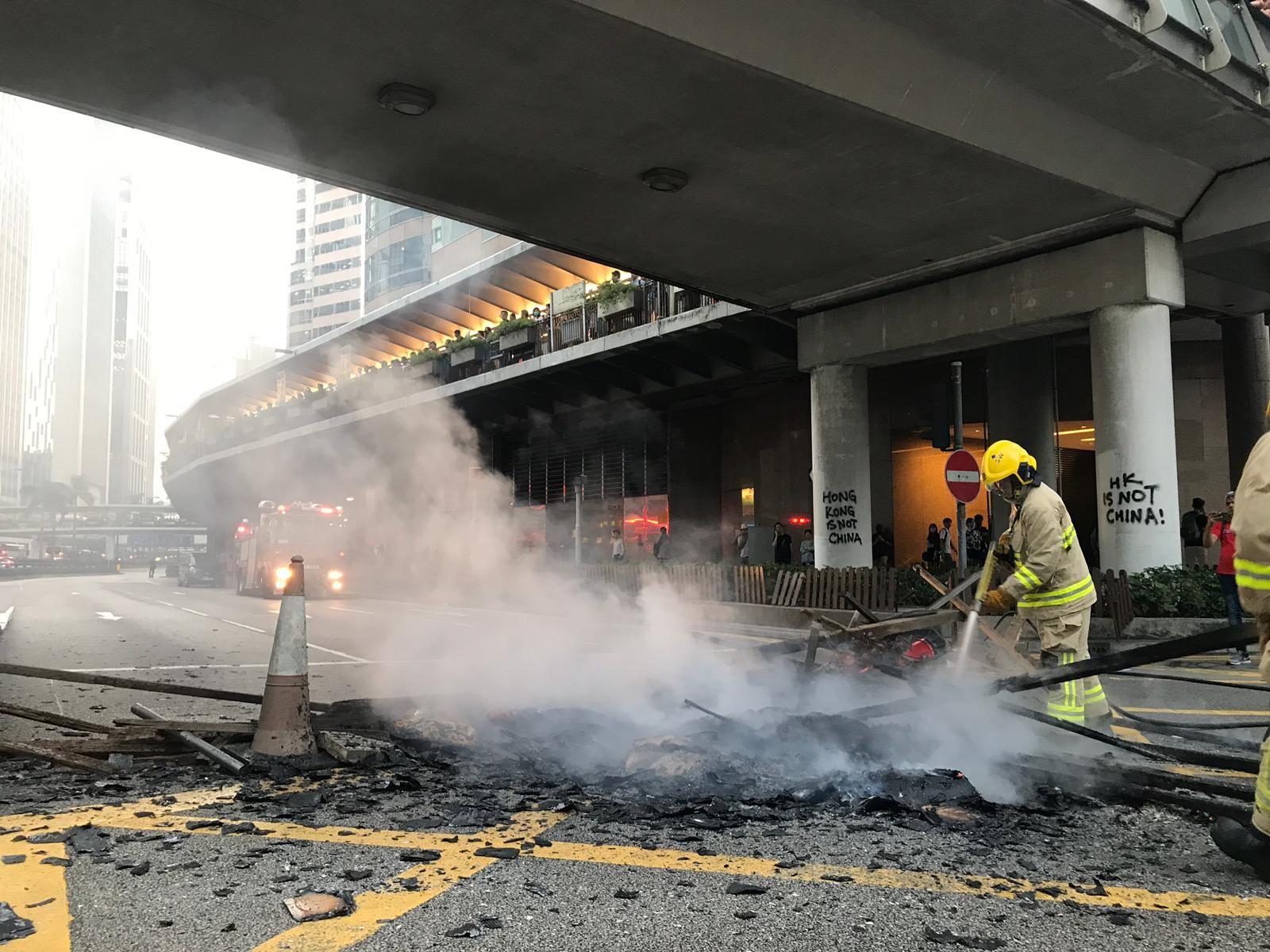 【修例风波】示威者中华总商会会址外纵火 打爆美心玻璃窗吉野家捣乱