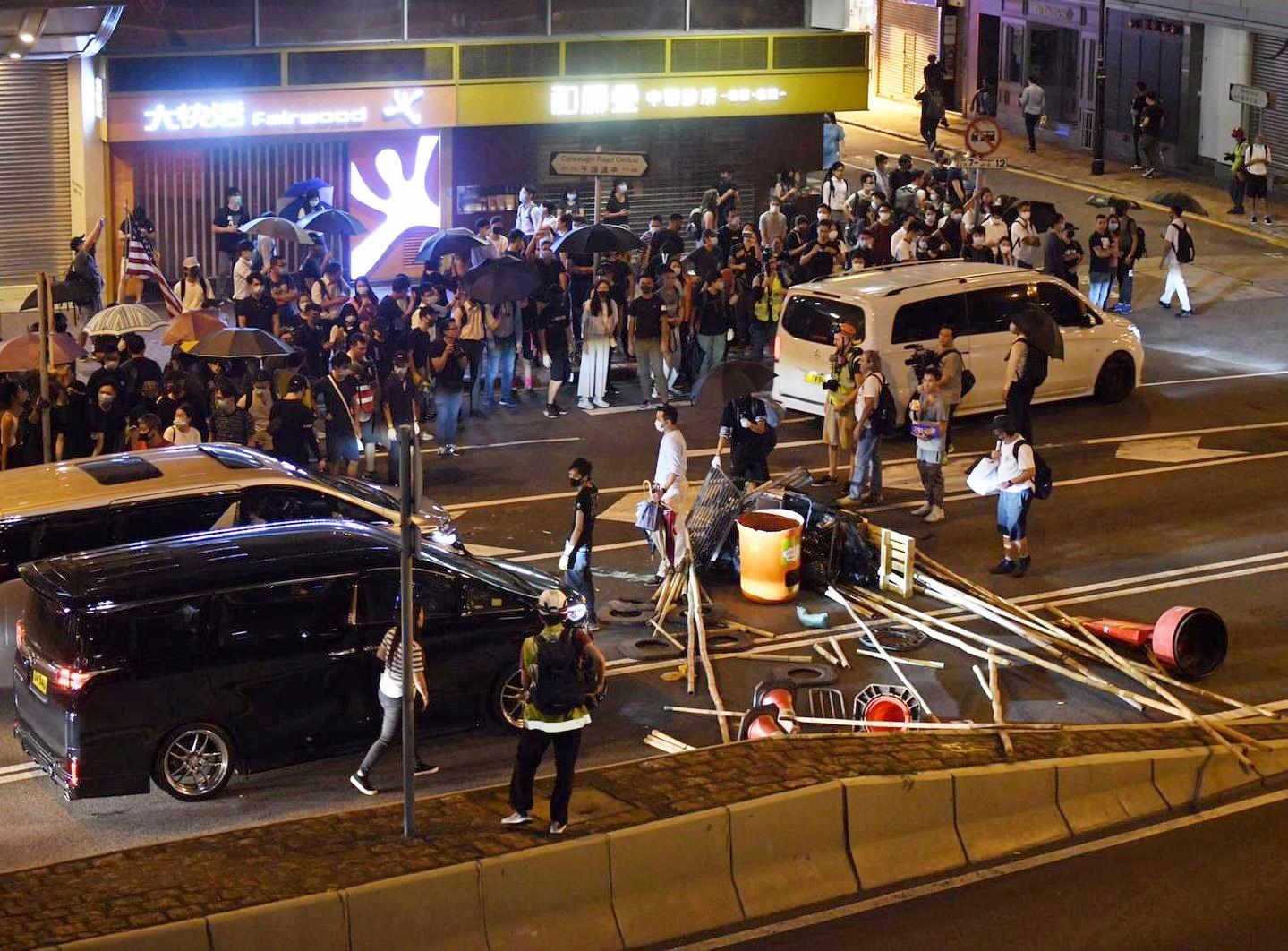 【修例风波】指示威者港岛多处堵路 警促立刻停止违法行为并离开