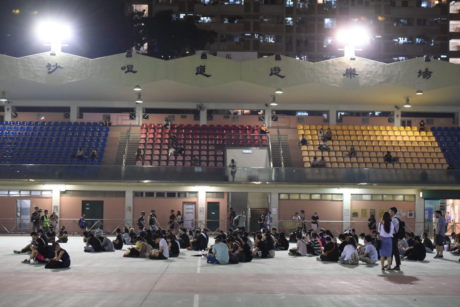 【修例风波】数十人荃湾沙咀道球场聚集 高叫抗议口号