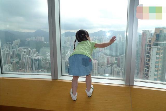 """妈妈睡觉时,2娃在3楼窗外""""站军姿"""",路人的霸气做法,引称赞"""