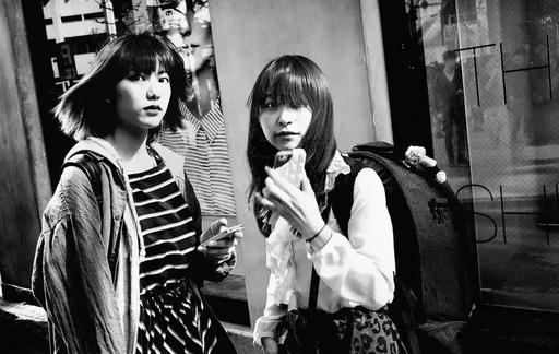 视觉丨这位摄影师用黑白镜头,记录了东京街头最真实的人间烟火