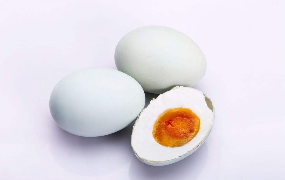 腌咸鸭蛋时,不要放进盐水里腌,换个简单的方法,每个鸭蛋都流油