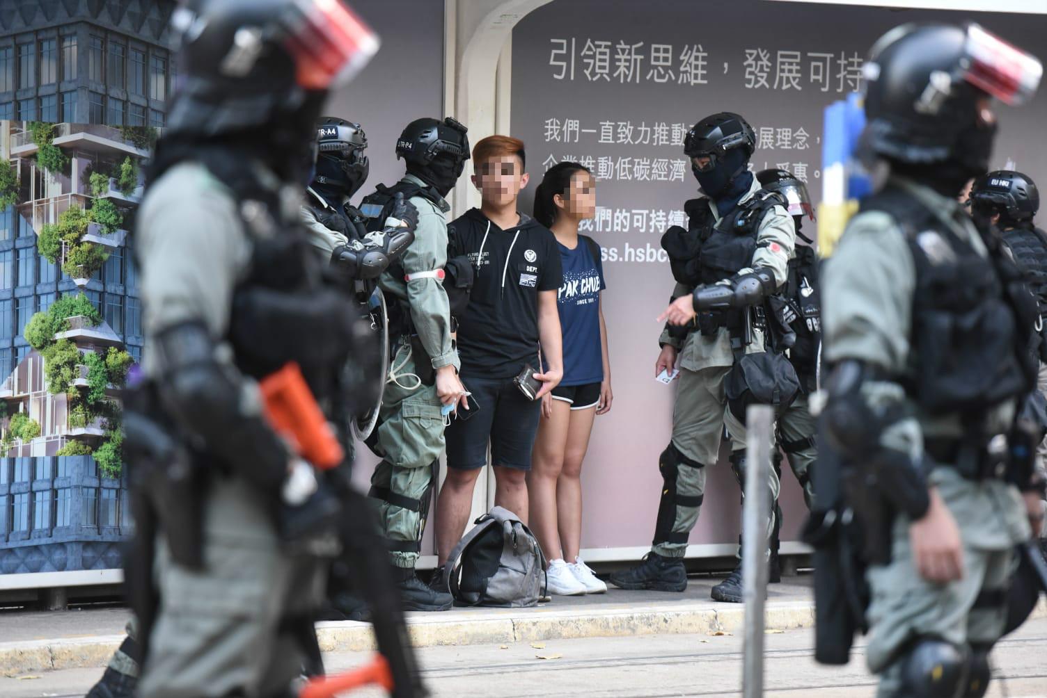 【修例风波】中环遭警扑倒男女获释 戴头巾男子被带上警车
