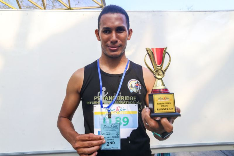 Visually-impaired runner overcomes disability, leg injury to score second place in run
