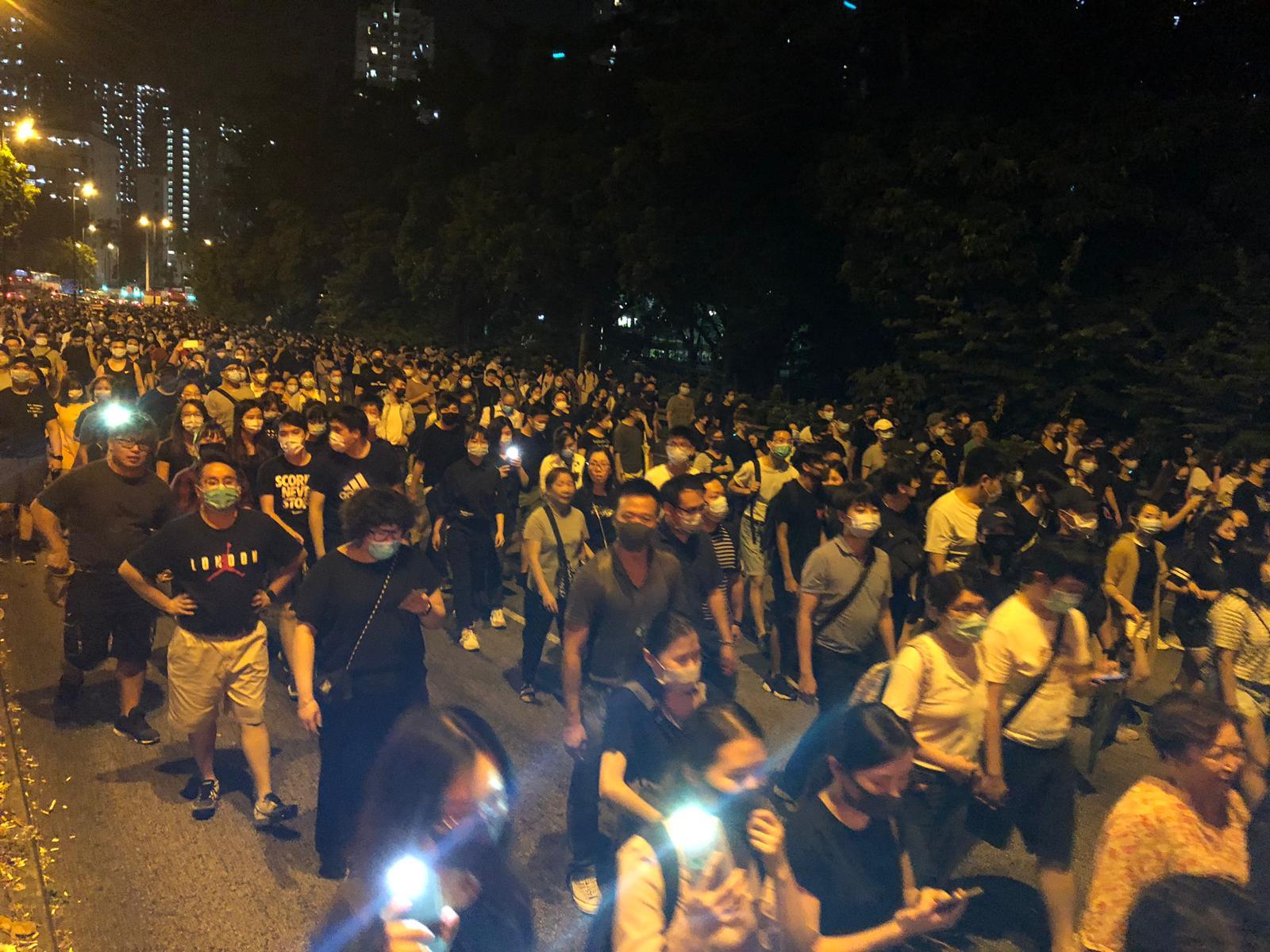 【修例风波】示威者大埔大元邨焚烧国旗 民建联区议员郑俊平办事处被破坏