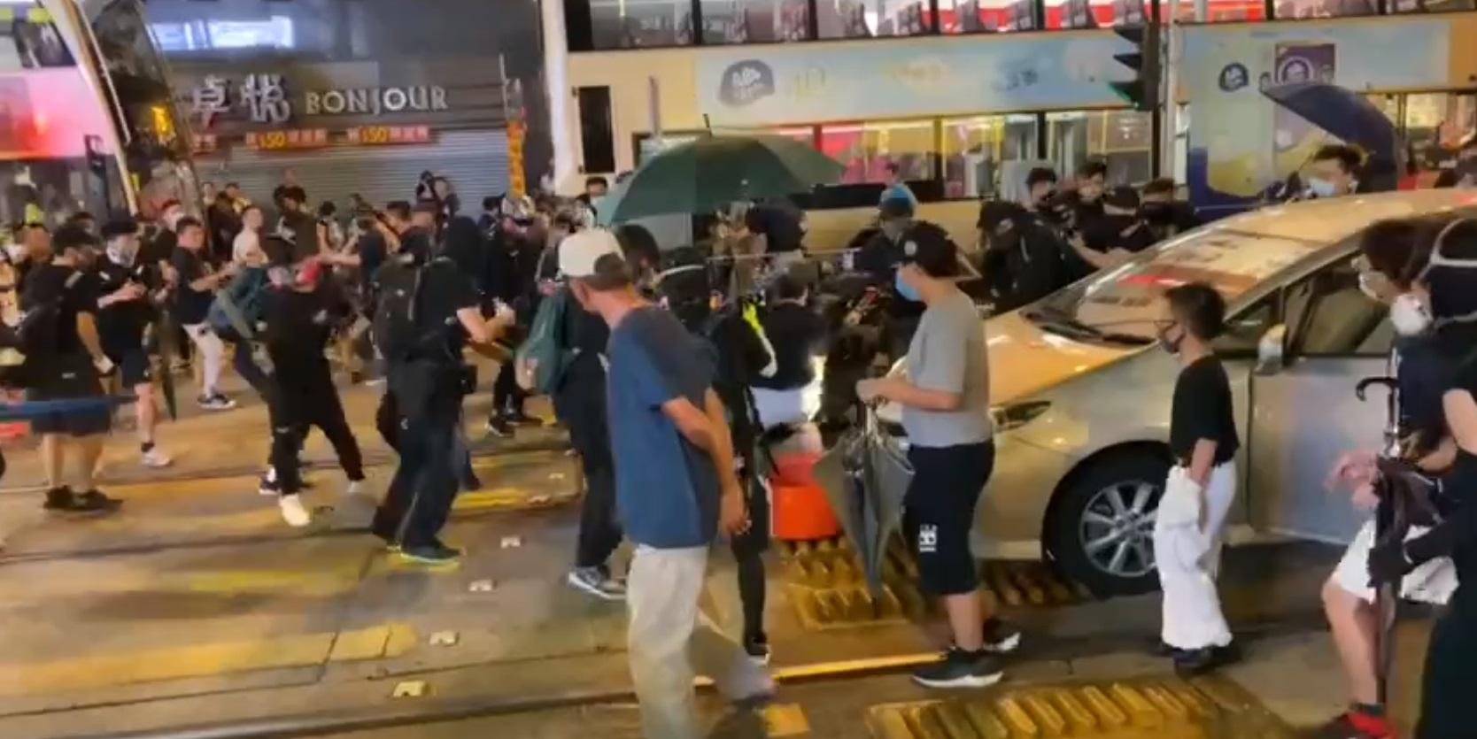 【修例风波】元朗休班警被掷汽油弹 开实弹枪驱散疑击中一名示威者