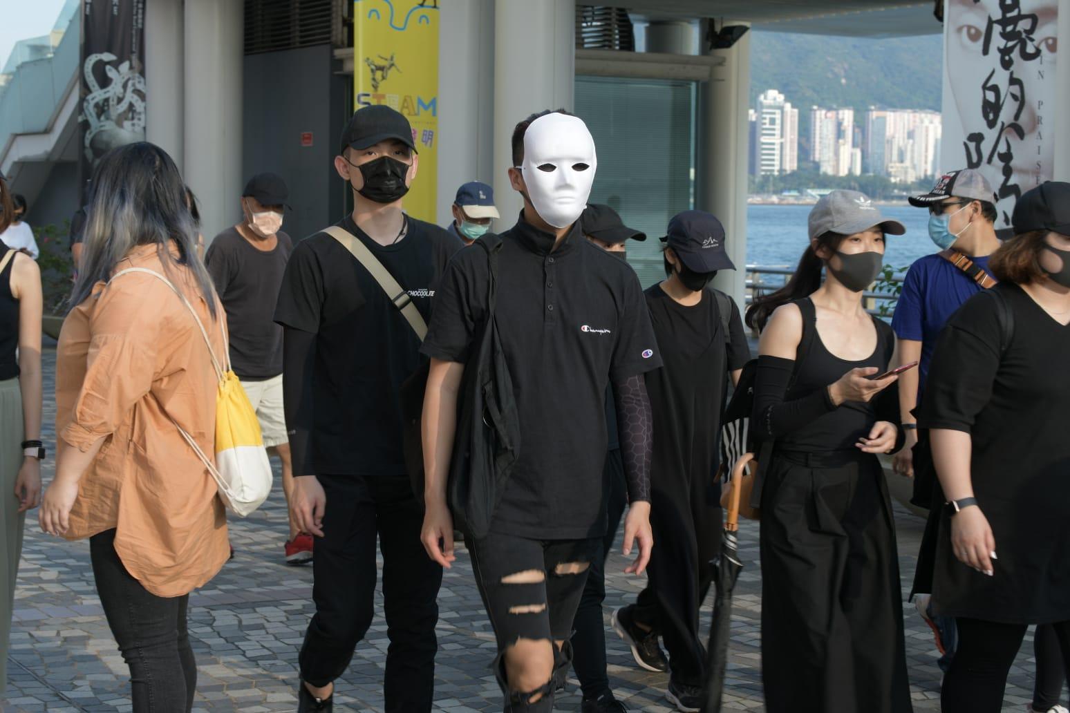 【修例风波】黑衣戴口罩示威者广东道弥敦道筑成人链 店舖落闸