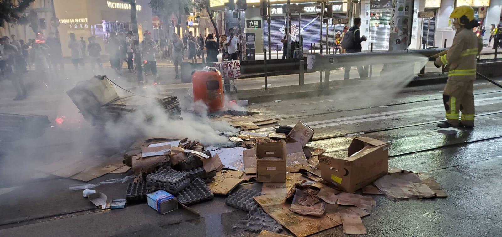 【修例风波】示威者铜锣湾纵火 消防员开喉救熄