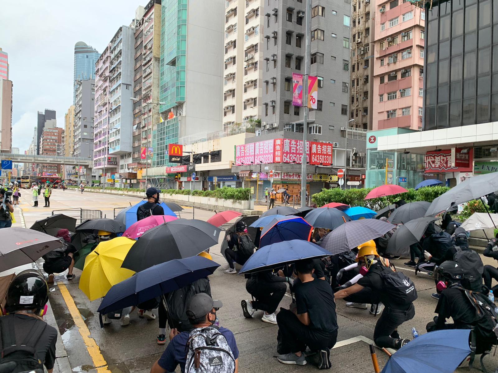 【修例风波】港九多区示威者危害公众安全 警方呼吁市民留在安全地方