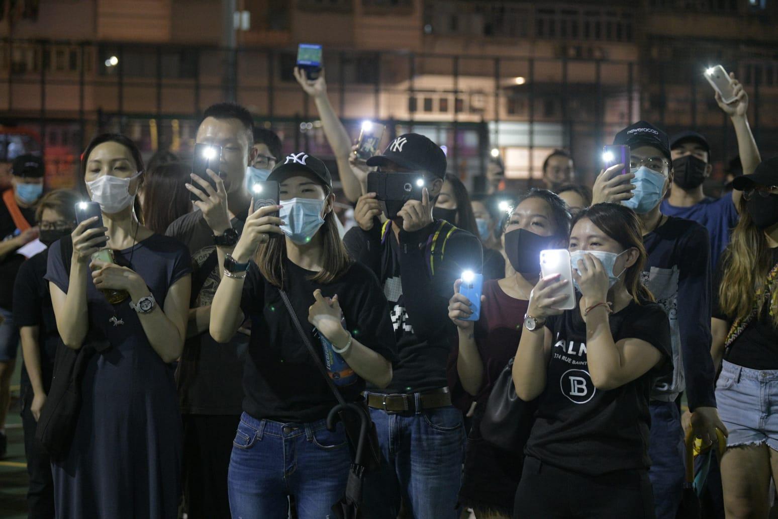 【修例风波】人群枫树街游乐场聚集亮起「手机灯海」