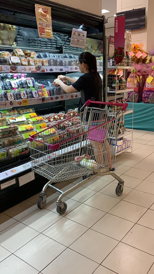 【全程曝光】把超市当成批发市场 女子「精挑细选」买草莓被骂翻!