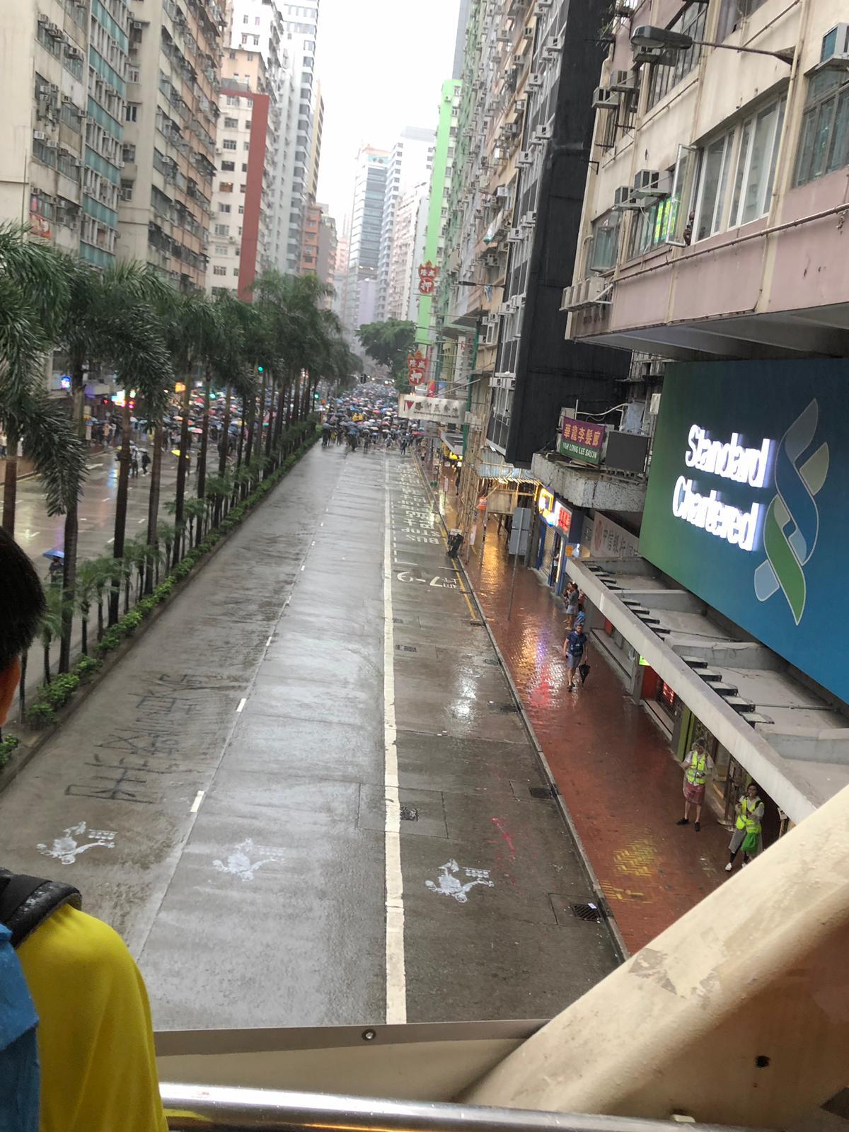【修例风波】游行人士佔据轩尼诗道 铜锣湾起步防暴警湾仔布防