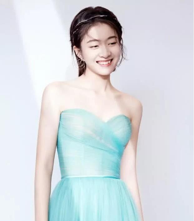 """张雪迎这时尚真难懂!明明穿着Dior连衣裙,却搭双""""插秧鞋"""""""