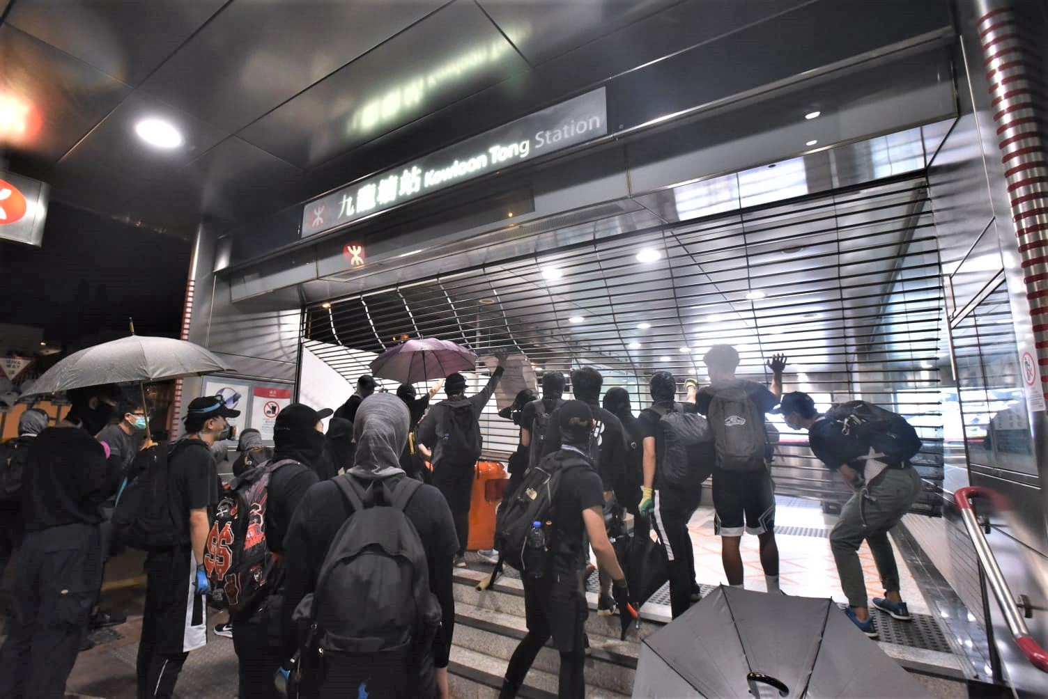 【修例风波】警方斥示威者「搬龙门」美化暴力 只会害死香港