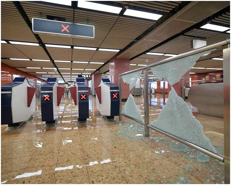 【修例风波】巴士渡轮服务正常 港铁重开39站傍晚6时收车