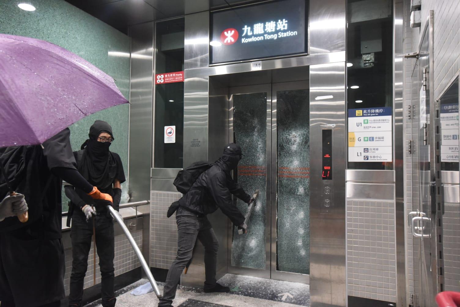 【修例风波】多区车站遭破坏 港铁宣布机铁外所有缐路停驶