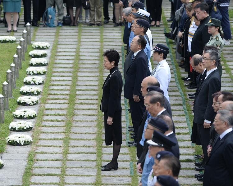 林郑大会堂出席纪念仪式 悼二战保卫香港捐躯人士