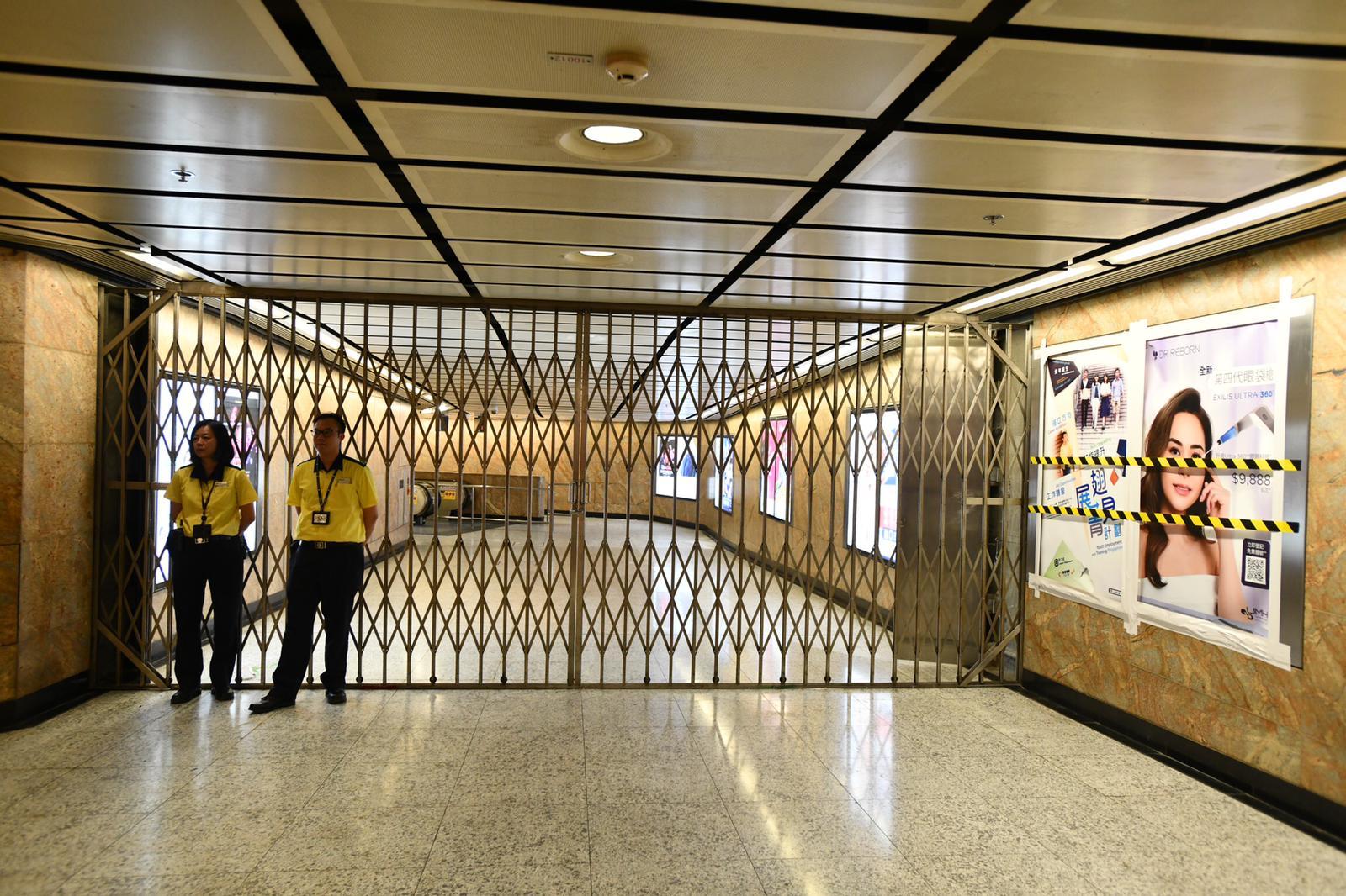 【修例风波】旺角站多部售票机闸机受破坏 客户中心玻璃破裂需围封