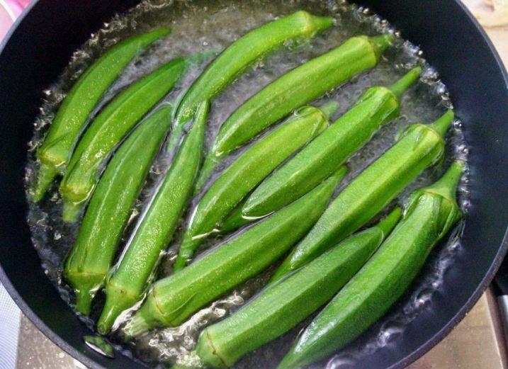 凉拌秋葵时,多加1步,秋葵更翠绿,更入味!