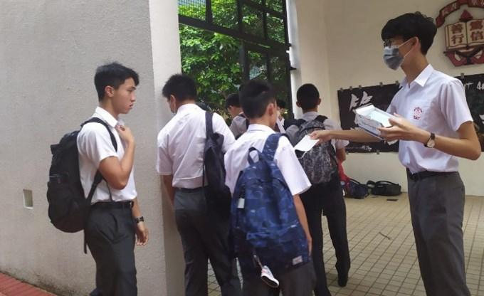 禁蒙面后首日返校 学生照戴口罩以示不满