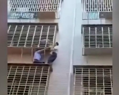 湖南3岁童颈卡防盗窗身体悬空 警民联手爬楼施救