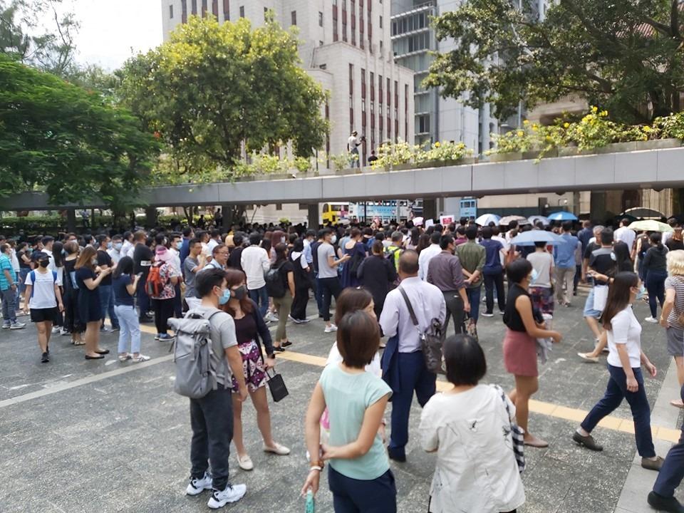 【修例风波】中环快闪游行声援中大女生 示威者佔据马路