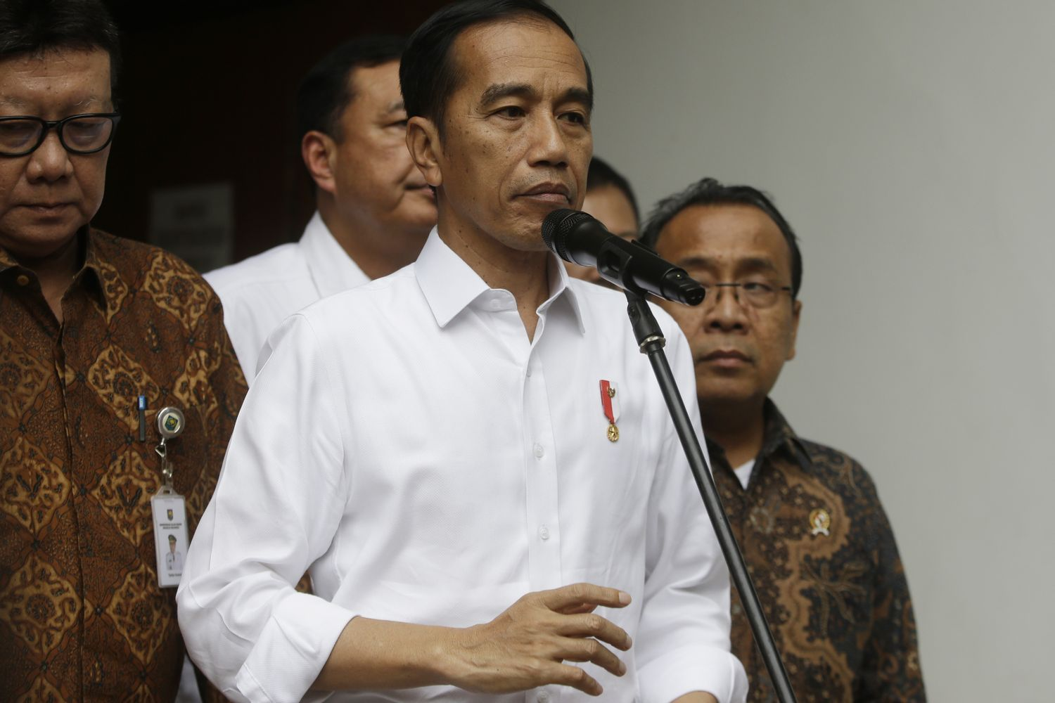 Knife-wielding man wounds Indonesia's security minister