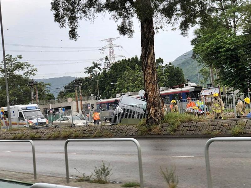 客货车屯门撞轻铁冲上石壆 车上3人受伤