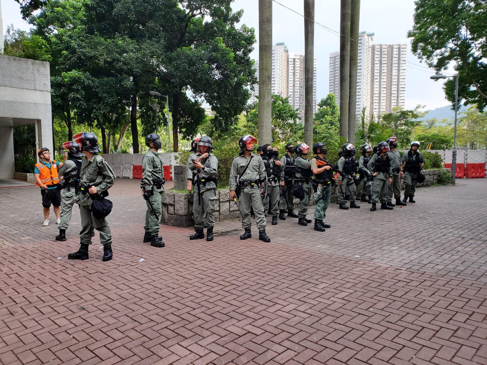 【修例风波】大埔防暴警一度举蓝旗举枪 最少四人被捕包括一名中四学生