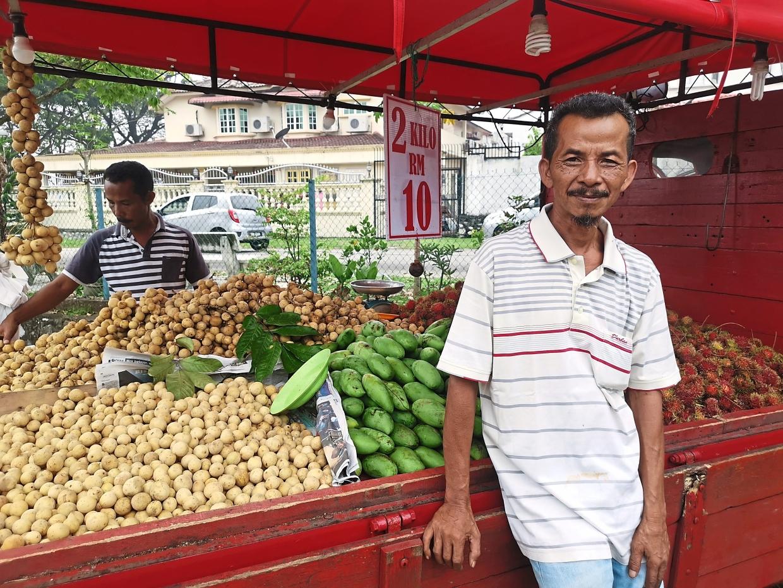 Fruit vendor of 30 years proud of his job