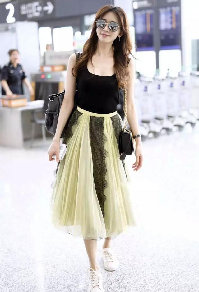 林志玲婚后魅力不减,穿深U针织衫气质清新淡雅,44岁毫无年龄感