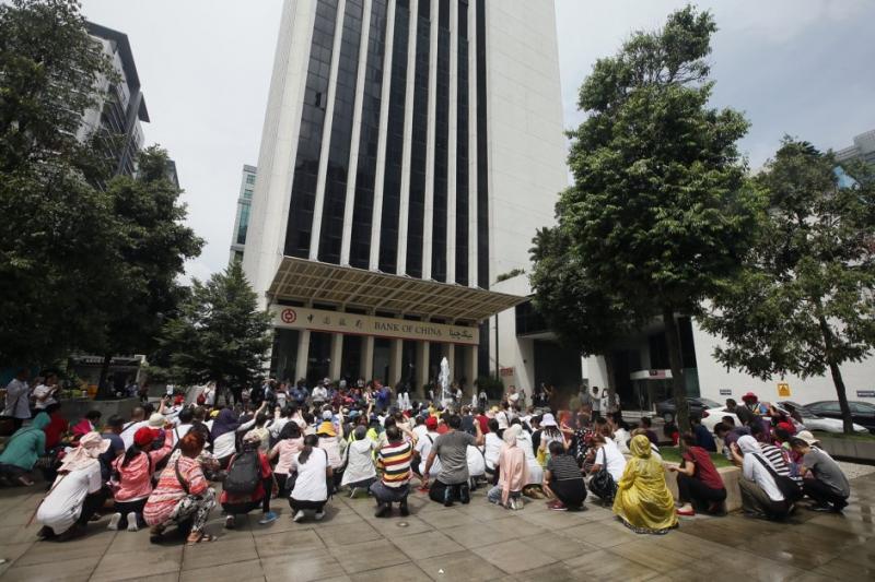 【安邦路的OSK大厦大件事】,逾100名中国籍男女越洋到「吉隆坡」,求大马政府替他们主持公道!